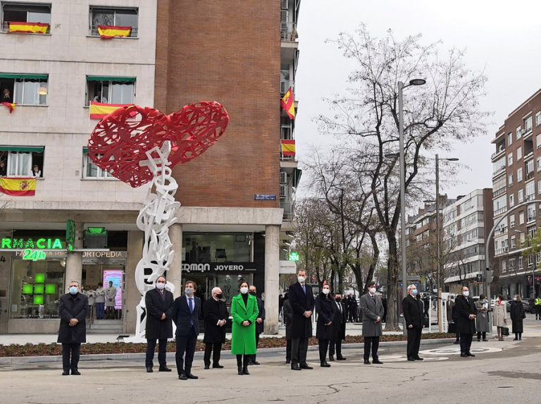 El árbol de la vida, recuerdo y memoria de los sanitarios fallecidos durante la pandemia